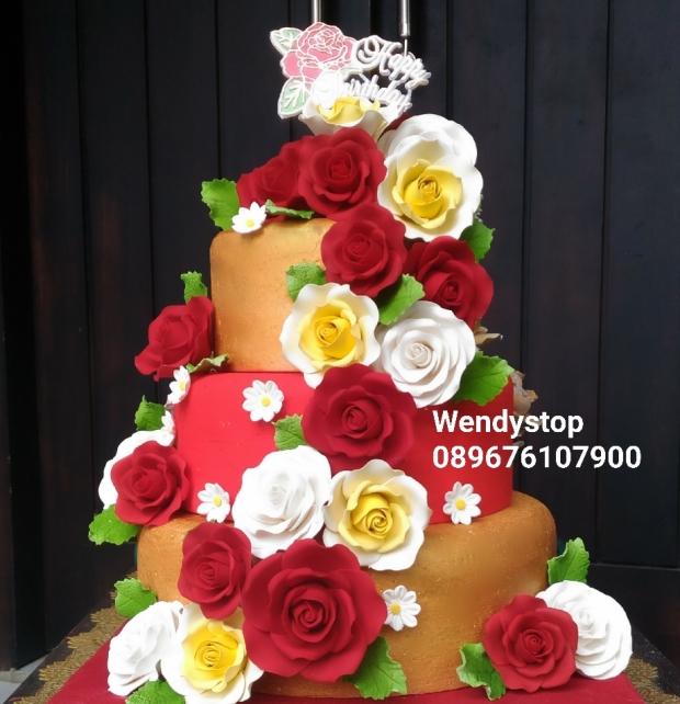 Flower birthday cake kue ulang tahun surabya merah gold untuk mama white roses kue susun tiered cake sidoarjo gresik